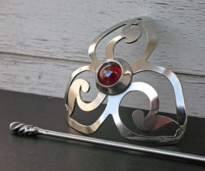 Red-triskelion-barrette-m