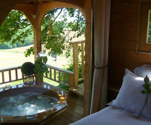 Romantic-treehouse-with-hot-tub-12-feet-off-the-ground-m