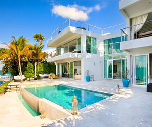 Seductive-beach-villa-on-the-coast-m