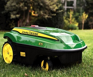Self-powered-lawn-mower-by-john-deere-m