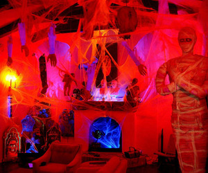 Spooky-house-with-holloween-decoration-m