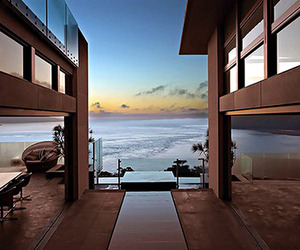 Suspended-home-over-the-pacific-ocean-m
