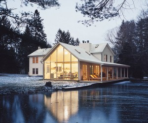 The-shabby-chic-farmhouse-that-floats-on-the-water-m