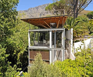 Tree-house-in-the-south-african-wilderness-m