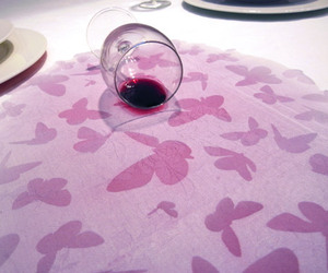 Underfull-table-cloth-reveals-the-hidden-secret-when-wet-m