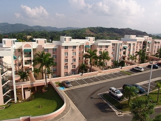 16-0343 En Encantada, un precioso y cómodo apartamento Parcialmente amueblado en Montecillo Court.