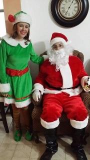 Santa Claus y duende entrega de regalos
