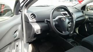 Toyota Yaris Sedan Gris Oscuro 2012