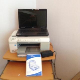 Computadora con maletín  printer y mesa para el equipo