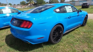 Ford Mustang GT Azul 2017