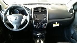 Nissan Versa Sedan SV Plateado 2017