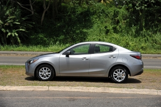 Toyota Yaris Sedan Plateado 2016