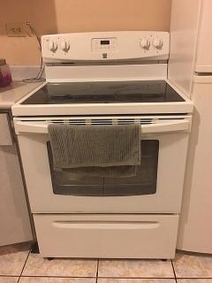 Estufa eléctrica, 4 hornillas, color blanca.