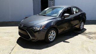 Toyota Yaris Sedan Gris Oscuro 2017