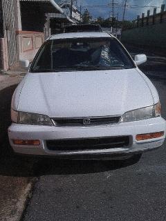 Honda Accord LX en buenas condiciones solo la puerta chocada