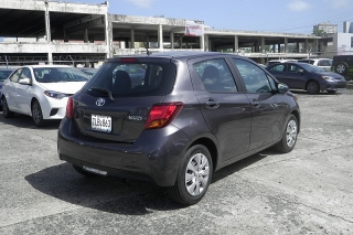 Toyota Yaris L Gris Oscuro 2015