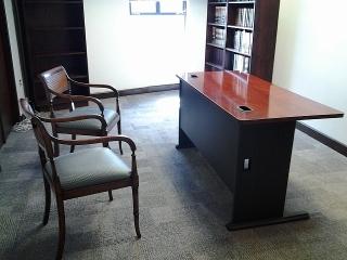 Se vende escritorio secretarial con butacas decorativas