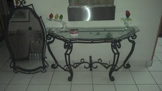 Se vende mesa de sala recibidor y espejo hierro verde