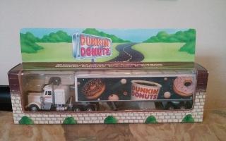 modelo de truck &trailer de dunkin donuts.