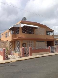 Se alquila Amplia residenciade esquina de 4 habitaciones y 2 banos. Renta $675 Lista para mudarse. Tel. #407-738-6650