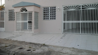 alquiler casa 3 cuartos y 2 baños remodelados, patio parte cemento con caseta en cemento para laundry. Casa recien pintada en buen estado. contacto Lydia Fuentes 787 786 5639