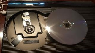 PlayStation 3 con dos controles y un juego incluído