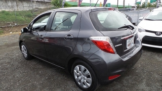 Toyota Yaris L Gris Oscuro 2014
