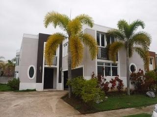 HAGA SU OFERTA!!! 15-0206 Casa adquirida por el banco  ubicada en la Urb. Asomante en Caguas, PR.