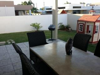 Hermosa residencia con amplio patio y seguridad.