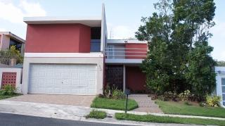 16-0045 En Encantada, una linda casa de 2 pisos en Rio Cristal, Trujillo Alto, PR.