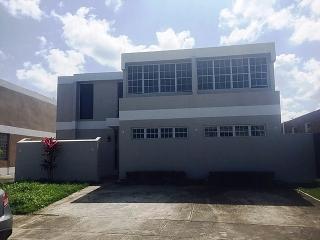 HAGA SU OFERTA!!!!  15-0284 Propiedad ubicada en Urb. Los Montes, Dorado, PR.