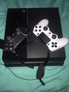 Ps4, 2 controllers and chat Headset