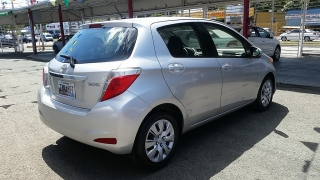 Toyota Yaris L Plateado 2013