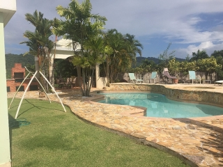 Terrera espaciosa segura con piscina y gazebo