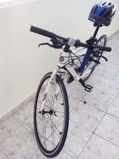 Bicicleta Schwinn Volare con casco