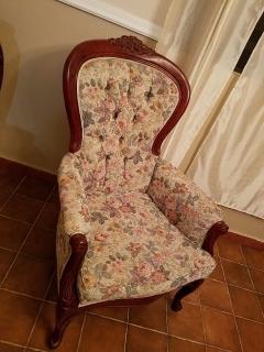 Se vende juego de sala victoriano en buenas condiciones o por piezas detalladas.