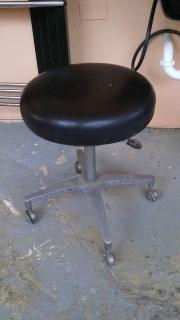 Estación de Estilo con espejo, lavadero con silla y silla redonda