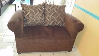 Dos muebles con cojines en excelentes condiciones.