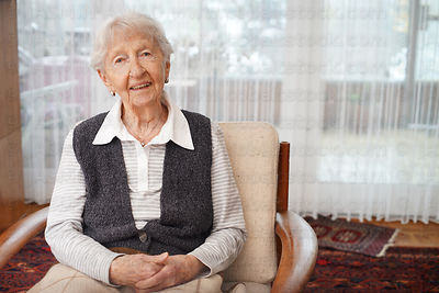90_year_old_lady_at_home_1_xxl