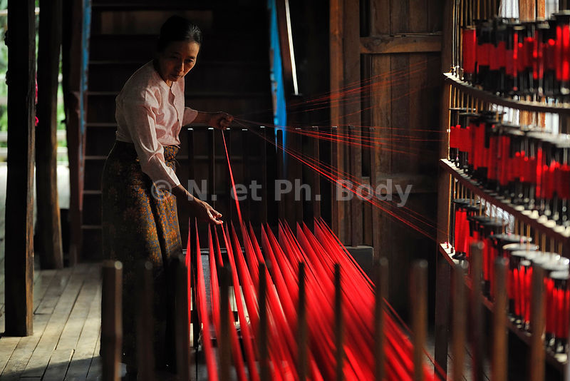 BIRMANIE, LAC INLE, TISSAGE SOIE//BURMA, INLE LAKE, SILK WEAVING