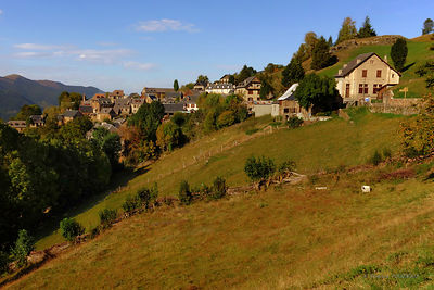 pictures of the beautiful hilltop village of Artigue and its surroundings