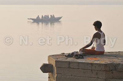 INDE, VARANASI, BENARES,PRIERE DEVANT LE GANGE//INDIA, UTTAR PRADESH, BENARES, PEOPLE PRAYING IN GANGA RIVER