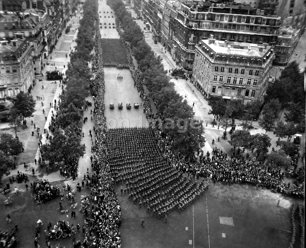 Parisian crowds cheer on US infantry