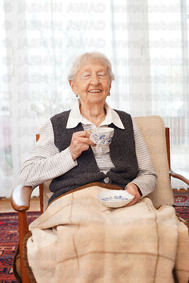 90_year_old_lady_laughing_with_tea