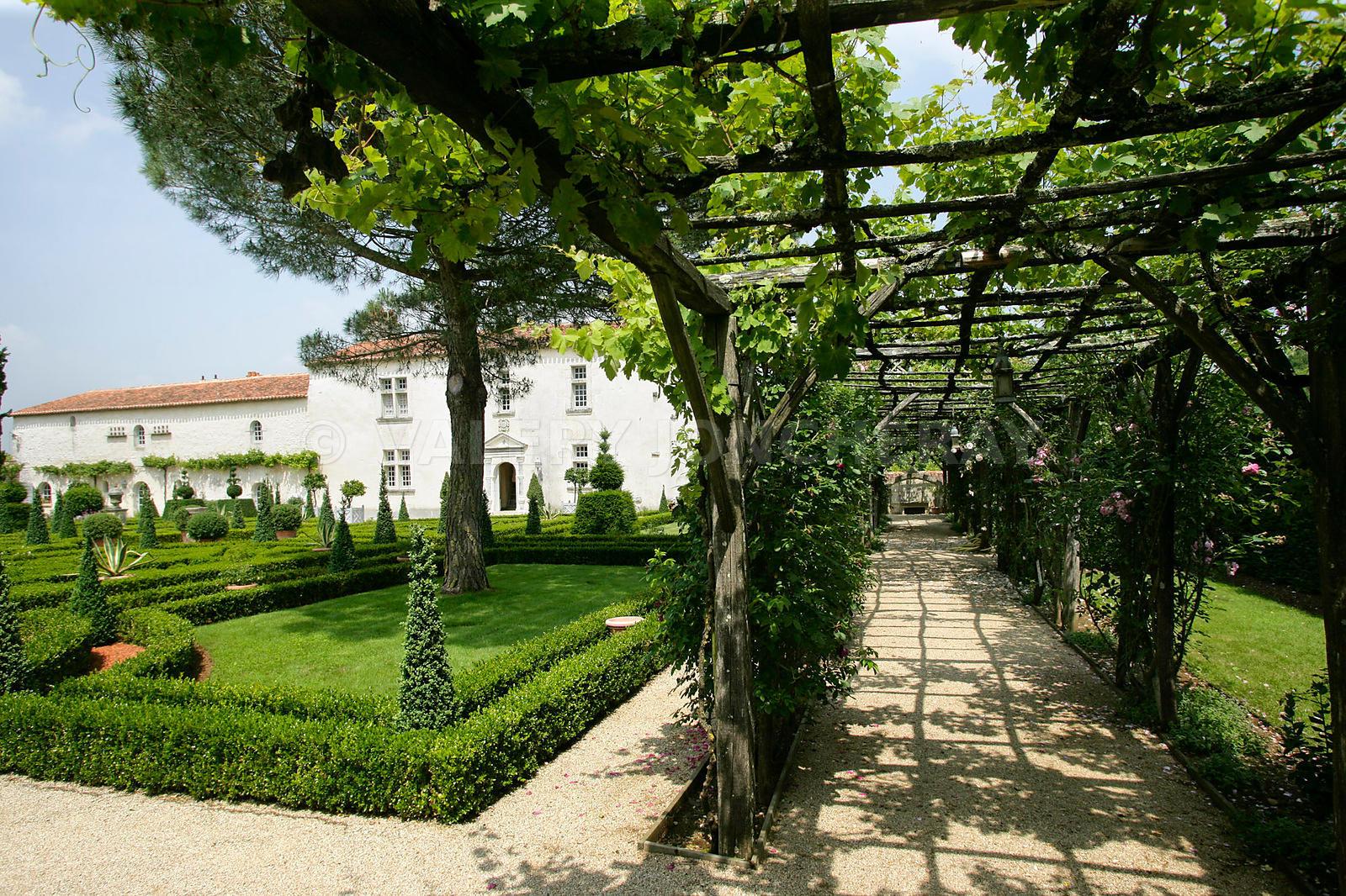 Photos photo de la pergola du jardin du batiment for Jardin las pergolas