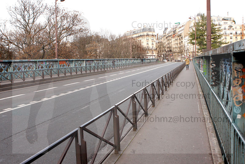 Desert_iron_bridge_street_Paris