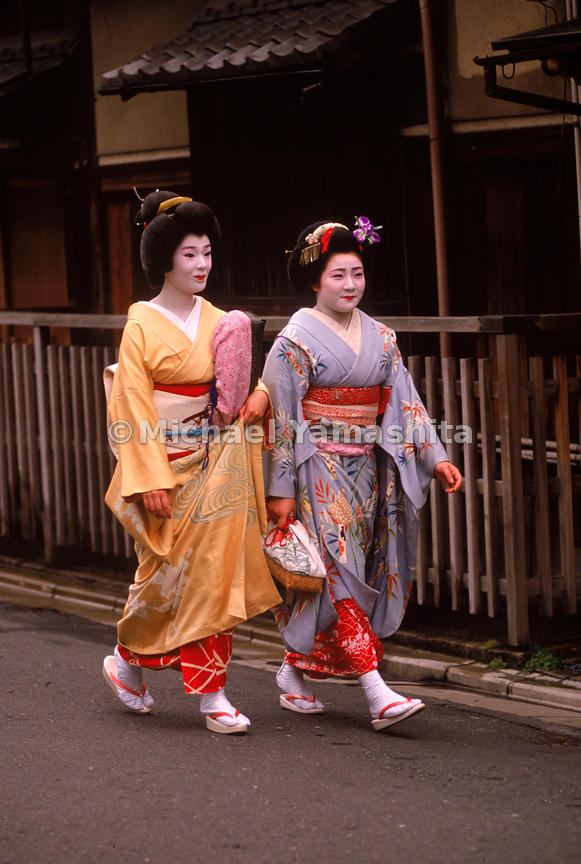 Pontocho and Gion remain perhaps the two most traditional entertainment districts in Japan. Here you can often see geisha or maiko (apprentice geisha), on their way to daytime dance and music lessons, or nighttime engagements.