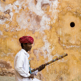 A Rajasthani gypsy tunes his Ravanhatta. Jaipur, India