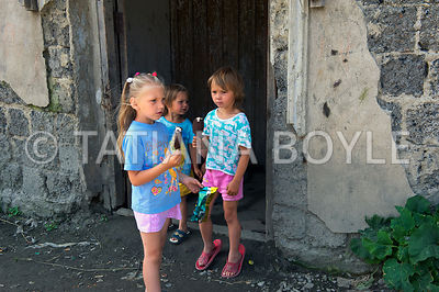 Children in front of the apartment complex