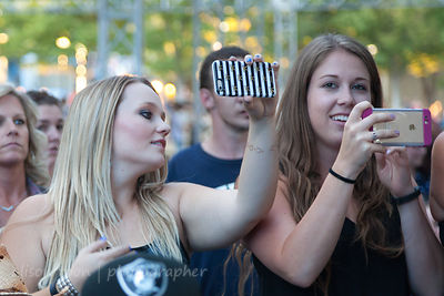 Fans enjoing the Chase Rice show